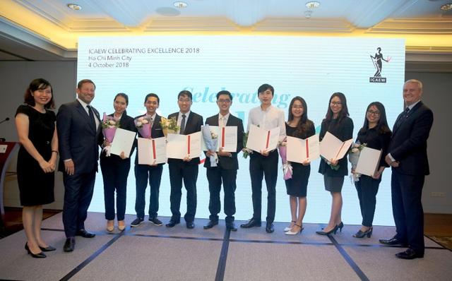 Ông Mark Billington, Giám đốc ICAEW khu vực Đông Nam Á (ngoài cùng bên phải) và ông Ed Vaizey, Đặc phái viên thương mại của Thủ tướng Anh tại Việt Nam, Lào, Campuchia (thứ 2 từ trái sang) trao chứng chỉ CFAB cho các học viên tại TP HCM