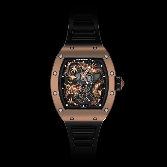 Richard Mille RM057 là một trong những mẫu đồng hồ được giới sưu tầm tìm kiếm. Nhưng hơn thế, RM057 mới xuất hiện tại Việt Nam là một độc bản, sở hữu biểu tượng Rồng màu lục vươn bộ móng vuốt vàng ôm trọn cỗ Tourbillon, vô cùng quý hiếm.