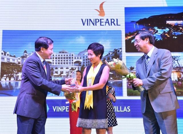Ông Hà Văn Siêu (trái), Phó Tổng cục Trưởng Tổng cục Du lịch và ông Nguyễn Phú Bình, Phó Tổng biên tập Thời báo Kinh tế Việt Nam trao danh hiệu Top 10 The Guide Awards cho đại diện Vinpearl.