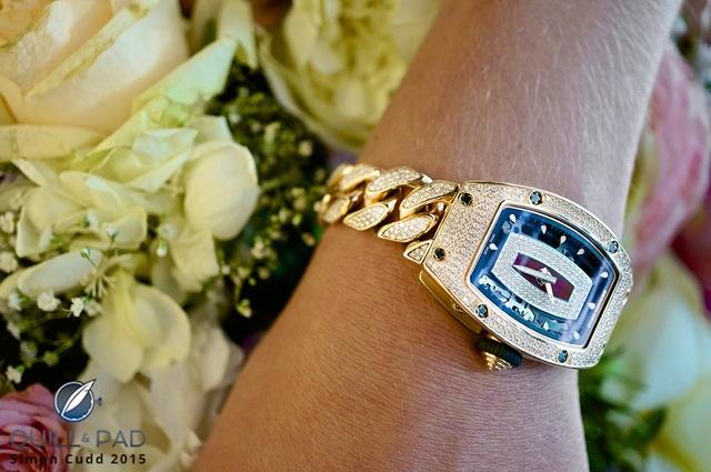 Mẫu đồng hồ RM 07-01 với phiên bản dây full kim cương trên tay một nhà sưu tập nữ
