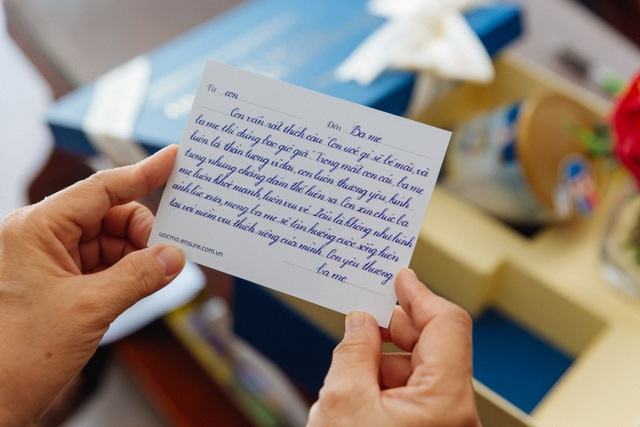 Ensure Gold trao tặng hàng ngàn món quà sức khỏe đến cha mẹ - 1