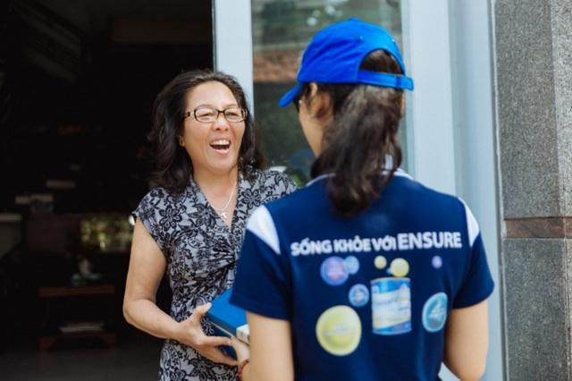 Cô Vân (TPHCM) bất ngờ khi nhận được món quà từ Ensure