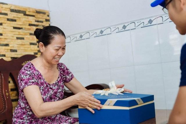 Cô Ly (TPHCM) xúc động với món quà từ con do Ensure gửi tặng