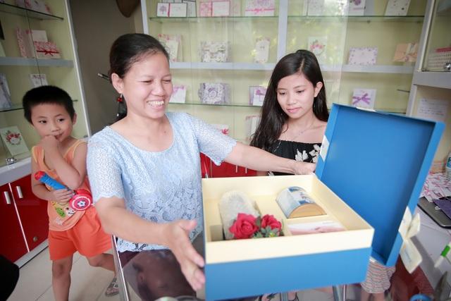 Cô Hạnh (Hà Nội) thích thú mở hộp quà con gái gửi tặng