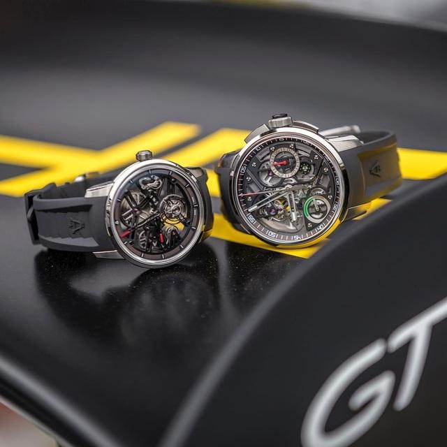 Bộ đôi đồng hồ U40 Racing Tourbillon (trái) và U30 Tourbillon Rattrapante (phải). Ngoài việc tạo ra những chiếc đồng hồ Tourbillon siêu phức tạp, lấy cảm hứng từ những chiếc siêu xe, Angelus còn tích hợp thêm những tính năng hiện đại khác như fly-back chronograph trên chiếc U30.