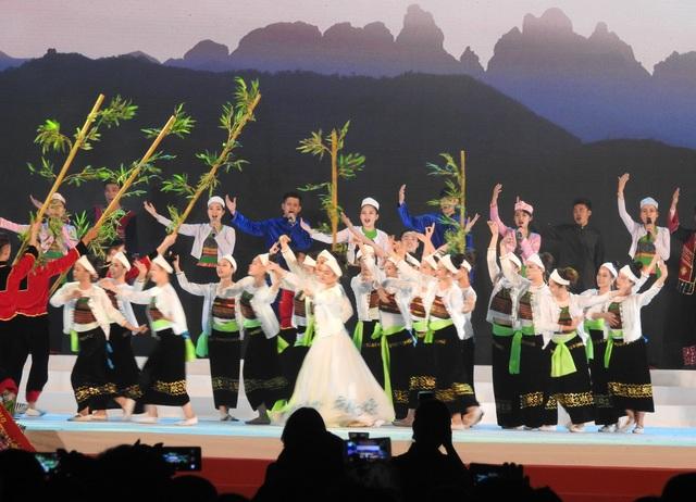 TP Hòa Bình đón nhận Huân chương độc lập hạng III. - 3