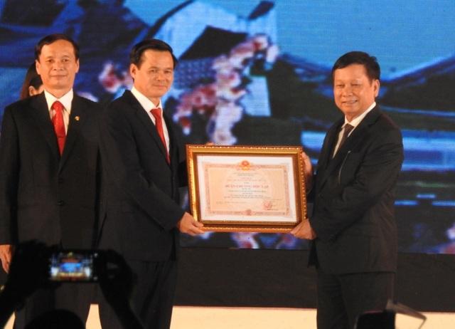 Đc Bùi Văn Tỉnh, UVBCH Trung ương Đảng, Bí thư Tỉnh ủy trao Huân chương độc lập hạng III cho cán bộ, nhân dân thành phố Hoà Bình.