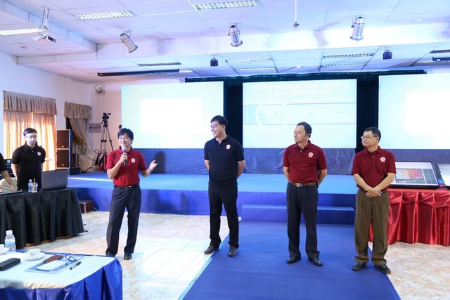 Ông Lê Thái Hỷ - Giám đốc Sở Thông Tin và Truyền Thông TP.HCM (ngoài cùng bên trái) và Ông Ngô Vi Đồng – Chủ tịch Chi hội an toàn thông tin phía Nam đang phát biểu tại sự kiện diễn tập trực tiếp bảo vệ hệ thốn thông tin Thành phố 2016