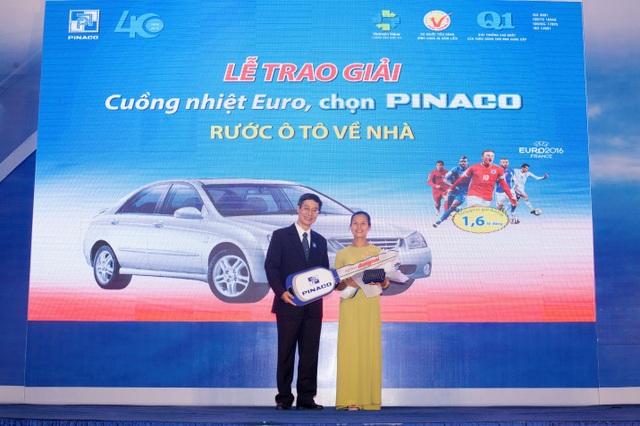 Ông Trần Thanh Văn - Tổng giám đốc PINACO trao chiếc xe ô tô cho chị Mai Thị Thúy Hằng