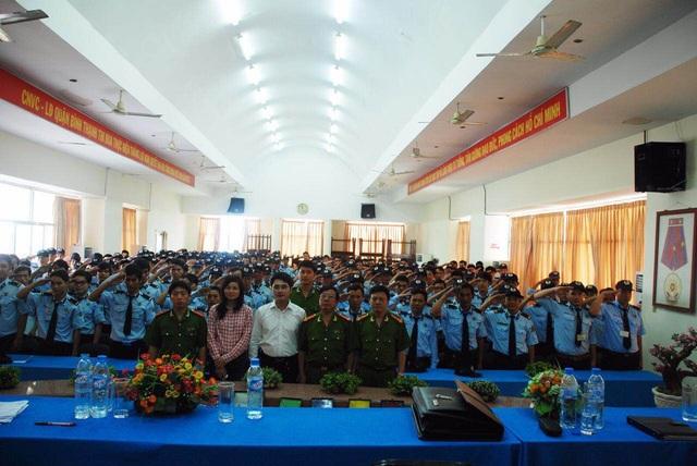 Chị Hoài An và Anh Bàng Long cùng lực lượng bảo vệ trong đợt huấn luyện nâng cao nghiệp vụ