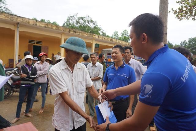 VNPT VinaPhone hỗ trợ liên lạc và ổn định cuộc sống của người dân sau lũ - 1