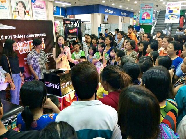 """Buổi lễ rút thăm trúng thưởng """"Uống Café PHỐ, vi vu phố"""" diễn ra trước sự chứng kiến của đông đảo khách hàng tham quan mua sắm tại các siêu thị Co.op."""