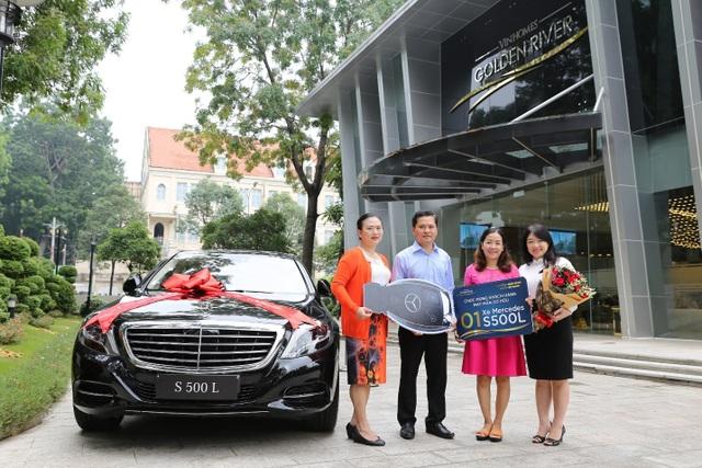 Khách hàng may mắn Trần Thị Thanh Hoan (thứ ba từ trái qua) đến nhận giải thưởng cùng chồng trong ngày 18/10