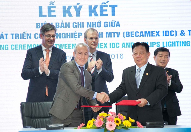 Ông Eric Benedetti, Tổng Giám đốc Philips Lighting Việt Nam và ông Nguyễn Văn Hùng, Chủ tịch - Tổng Giám đốc Becamex IDC tại lễ ký kết