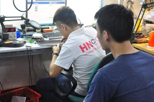 Khách hàng giám sát kỹ thuật sửa laptop