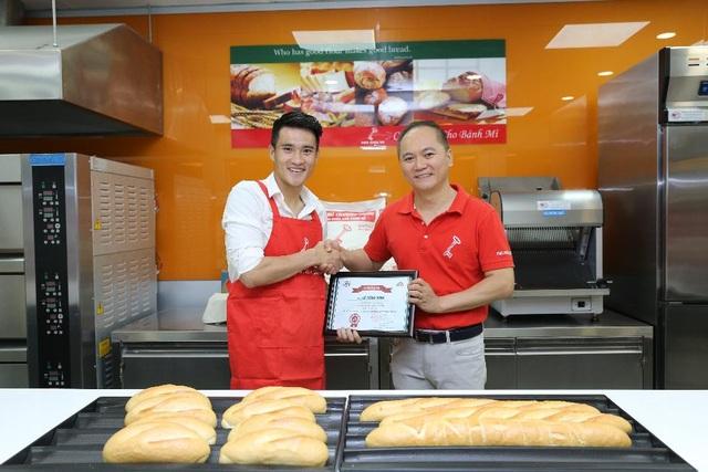 Ông Tay Szu Yun - Tổng Giám đốc Công ty TNHH Xay Lúa Mì VFM-Wilmar Việt Nam trao giấy chứng nhận hoàn thành buổi học cho Công Vinh