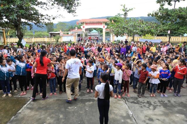 Niềm hân của của các em học sinh trường tiểu học Cao Quảng khi được đoàn tổ chức chơi trò chơi