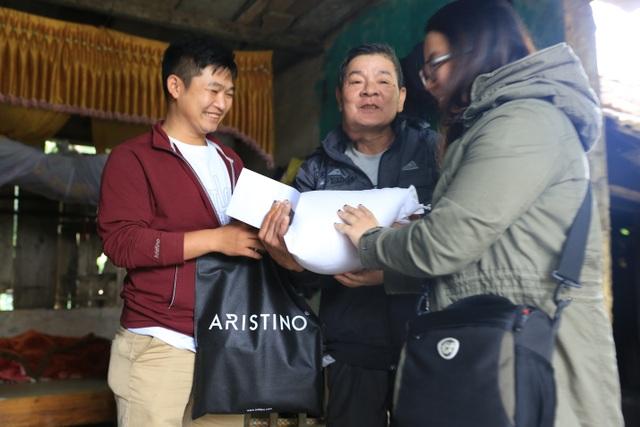 Niềm vui pha lẫn nghẹn ngào của người nông dân mắc bệnh hiểm nghèo khi nhận quà