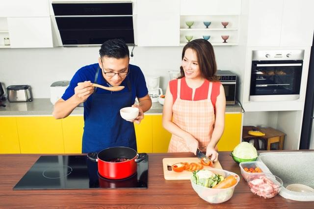 Mỗi khi có thời gian, Đan Lê lại cùng chồng vào bếp, chuẩn bị những bữa ăn ngon cho hai cậu con trai kháu khỉnh