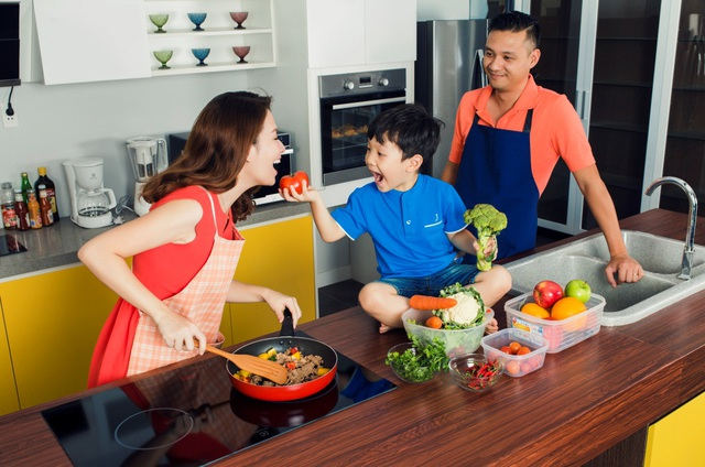 """Anh hai Khải Minh """"đảm đang"""" hơn hẳn khi đã có thể phụ mẹ thực hành trên bếp những món ăn đơn giản."""