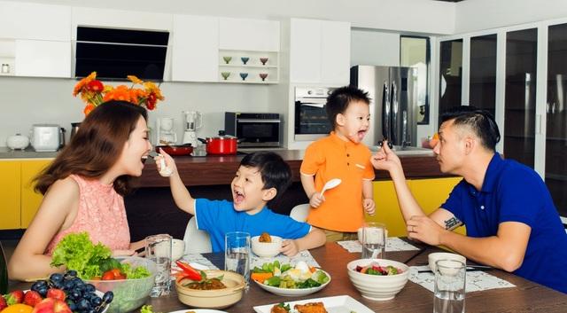 """Trong bữa ăn đầm ấm của gia đình Đan Lê, những chiếc điện thoại hoàn toàn """"vắng mặt"""""""