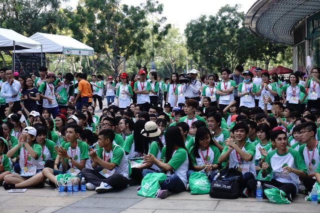 Sau đường chạy, mọi người tập hợp tại sân khấu chính để thưởng thức các tiết mục độc đáo, mang đậm phong cách Nhật Bản. Hơn hết, người tham dự còn chăm chút theo dõi kết quả bốc thăm trúng thưởng xe Janus do hãng xe Yamaha trao tặng.