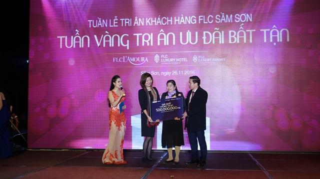 Những phần quà trị giá gần 2 tỷ đồng đã được trao cho các khách hàng may mắn tham dự Tiệc tri ân FLC Sam Son Beach & Golf Resort