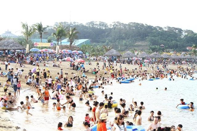 10 tháng năm 2016, Quảng Ninh đón 7,3 triệu lượt khách, trong đó khách quốc tế là 2,81 triệu lượt với tổng doanh thu đạt trên 11.534 tỷ đồng.