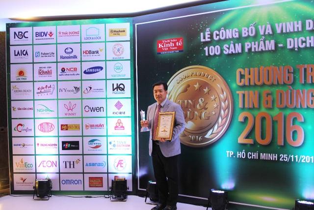 Ông Chun Hae Woo - Tổng Giám đốc Công ty nhận kỷ niệm chương và giấy chứng nhận Top 10 Sản phẩm, Dịch vụ Tin & Dùng
