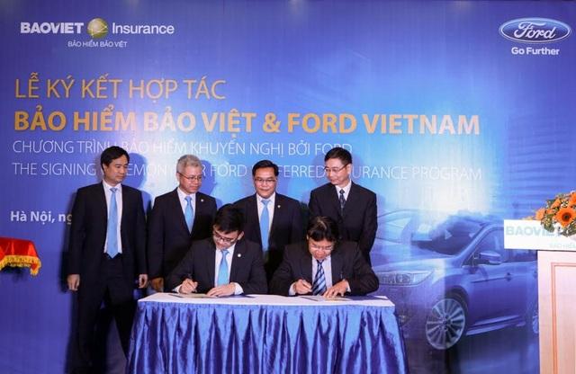 Ông Nguyễn Quang Hưng - Phó Tổng giám đốc TCT Bảo hiểm Bảo Việt và Ông Phạm Hùng Thái - Phó Tổng giám đốc Công ty Ford Việt Nam ký kết thỏa thuận hợp tác triển khai sản phẩm Bảo hiểm Khuyến nghị bởi Ford