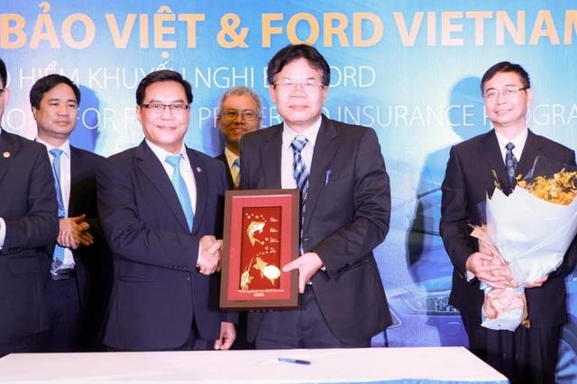 Ông Đỗ Trường Minh - Q.Tổng giám đốc TCT Bảo hiểm Bảo Việt và Ông Phạm Hùng Thái - Phó Tổng giám đốc Công ty Ford Việt Nam bắt tay ghi nhớ thỏa thuận hợp tác