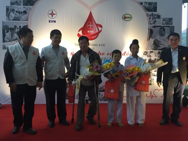 Lãnh đạo EVN trao quà cho các bệnh nhân điều trị tại Viện Huyết học và truyền máu T.Ư