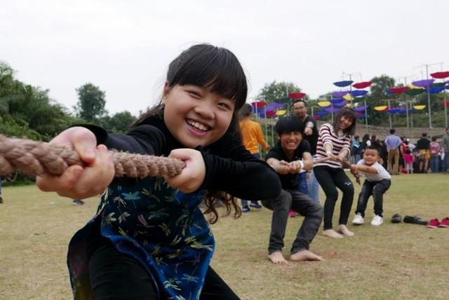 Những trò chơi truyền thống như: Kéo co, nhảy dây, ô ăn quan, xích đu, bịt mắt bắt vịt.... thu hút cả người lớn và trẻ em tham gia.