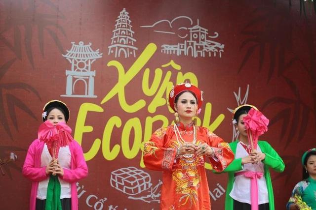 Du khách còn được thưởng thức phần trình diễn thực hành tín ngưỡng thờ Mẫu Tam phủ của người Việt và hiểu hơn về một di sản văn hóa phi vật thể của đất nước và toàn nhân loại vừa được UNESCO công nhận