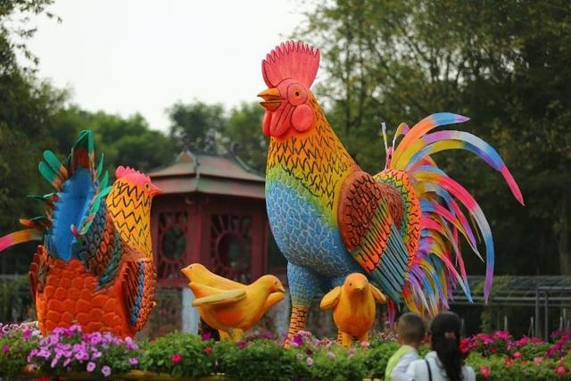 Mô hình gia đình gà khổng lồ mang màu sắc dân gian đương đại trở thành điểm chụp hình lý tưởng của nhiều gia đình dịp xuân Đinh Dậu.