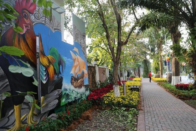Con đường sáng tạo trong lễ hội hoa là nơi các nghệ sĩ trẻ trình diễn nghệ thuật tranh vẽ grafiti với các chủ đề về tình yêu, cuộc sống, môi trường mang đậm hơi thở của nghệ thuật đương đại.