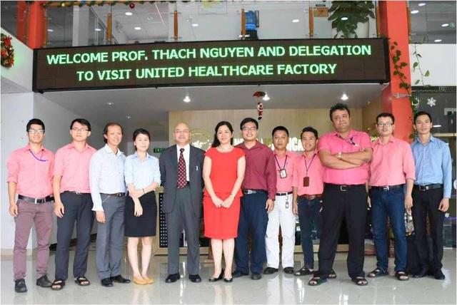 Ngày 12/9/2016 GS. Thạch Nguyễn va cac sinh viên khoa Y Đại học Tân Tạo tham quan nhà máy của công ty United Healthcare.
