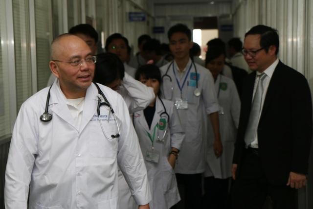 Thầy Thạch Nguyễn ( người đi đầu tiên) hướng dẫn sinh viên Y năm thứ nhất đi thực tập tại BV Thống Nhất