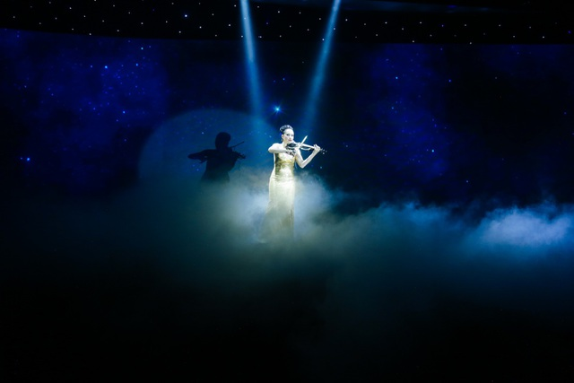 Nữ nghệ sĩ Violon nổi tiếng người Nga vinh dự mở màn cho sự kiện ra mắt tòa tháp Bahamas.