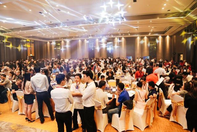 Hơn 500 khách hàng tham dự tạo nên không khí vô cùng sôi động tại sự kiện.