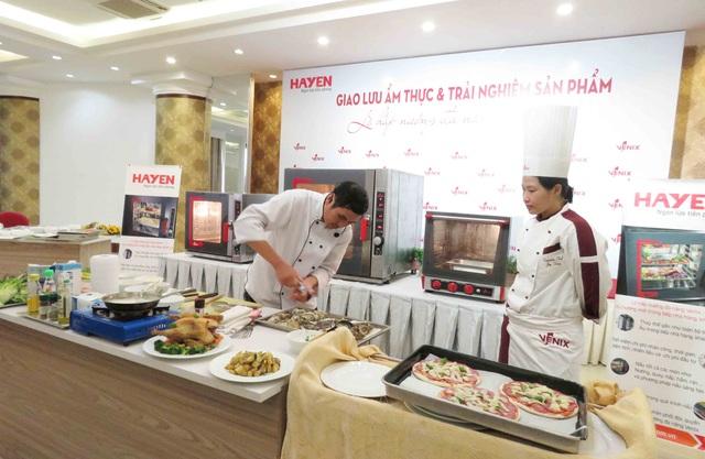Thầy Nguyễn Văn Hoàng  – Trưởng bộ môn Nhà hàng và chế biến món ăn tại trường CĐ nghề Nha Trang lên giao lưu trải nghiệm sản phẩm lò hấp nướng đa năng Venix