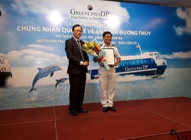 Đại diện Braemar Offshore trao chứng nhận An toàn Quốc tế Tàu hai thân GreenlinesDP