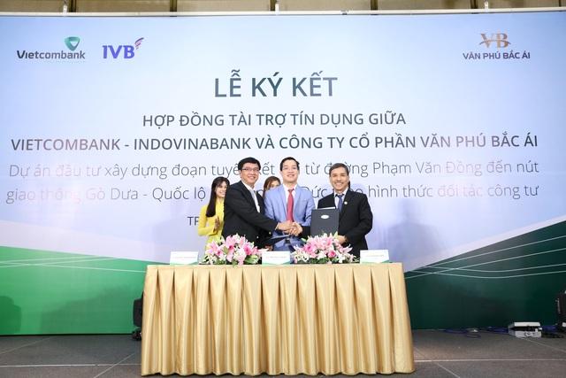 Phần ký kết giữa ba bên: Ông Phạm Mạnh Thắng - Ông Trần Đức Thắng - Ông Cao Minh Hiển (Giám đốc chi nhánh Thiên Long ngân hàng Indovina)