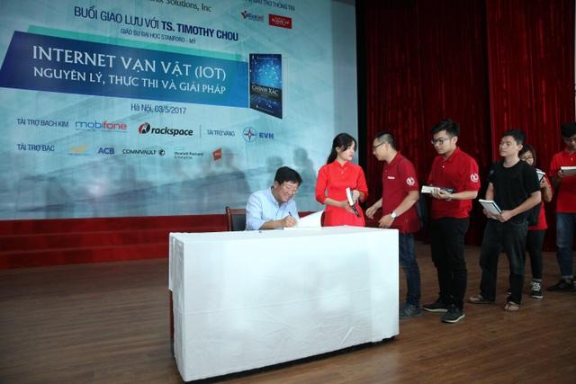 Tiến sĩ Timothy Chou ký tặng sách cho sinh viên Bách Khoa tại buổi giao lưu