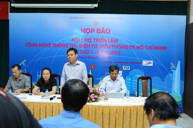 Ông Lê Quốc Cường phát biểu tại họp báo và có logo FSI trên backdrop