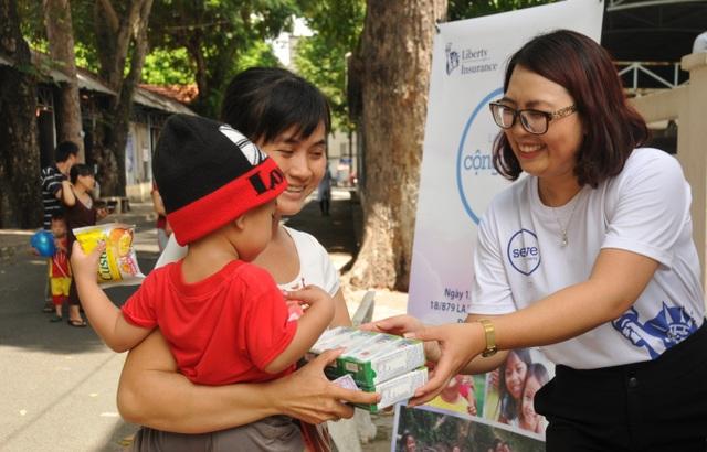 """Hơn 840 phần sữa từ chương trình """"Liberty vì cộng đồng"""" được trao cho các em nhỏ tại Bệnh viện Nhi Đồng 2."""