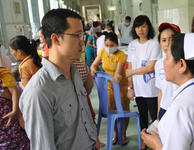 Ông Đỗ Quang Thuận, Tổng giám đốc Công ty Bảo hiểm Liberty, trao đổi với bác sỹ Bệnh viện Nhi Đồng 2 TP.HCM về những trường hợp bệnh nhi gặp khó khăn.