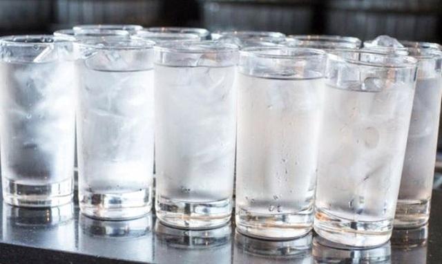 Nhu cầu tiêu thụ nước đá viên ngày nắng nóng của người dân tăng đột biến