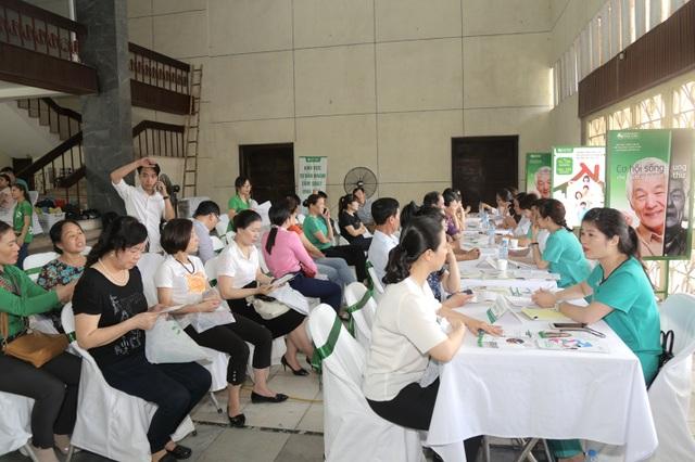 Bắt đầu hoạt động từ 8h sáng, chương trình tầm soát ung thư miễn phí cho người dân thành Vinh thu hút rất đông người tới khám với 800 suất khám được đăng kí.