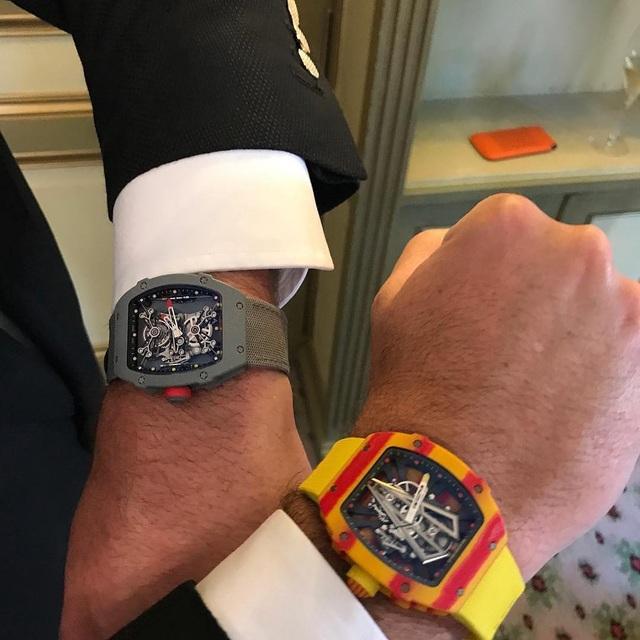 Trên tay bộ đôi đồng hồ RM 27-01 (trái) và phiên bản mới nhất RM 27-03 (phải).